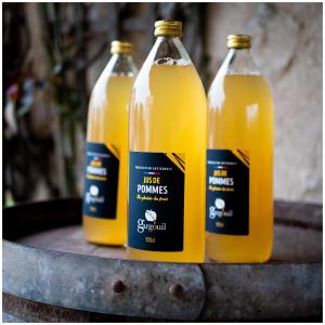 Notre jus de Pommes est doux et fruité. 100 % pur jus issu de nos vergers écoresponsables, son parfum authentique fascinera vos papilles !  Ce jus de Pommes est issu de plusieurs variétés de pommes de notre verger familial, afin d'obtenir le meilleur bouquet de saveur sucré et acidulé.  @studio_onze_production  #jusdefruit#juice#artisanale#faitesvousplaisir#purelove#madeinfrance🇨🇵#applefruits#bottlejuice#breakfast#breakfasttime