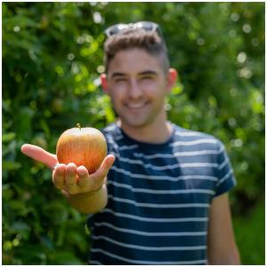 Notre pomme 🍎 ➡️ La source pure de nos produits. Celle que l'on sélectionne dans nos vergers avec la plus grande attention afin de vous proposer des jus de fruits de qualités, aux fines bulles, sans alcool et 100% français 🇫🇷.   @studio_onze_production 📸 @juju9112 (model) #pommes#apple#savoirfaire#savoirfairefrancais#vergersecoresponsables#summer#jusdefruit#jusfrancais#sansalcool#letsdrink#gargouil