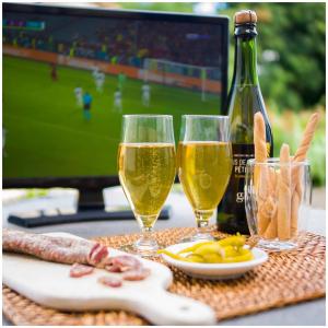 Le combo apéro-match, c'est le meilleur !🍾  Faites le plein de fines bulles gargouil avant la finale de l'euro 2021 qui aura lieu le samedi 11 juillet 😉 . Toute l'équipe gargouil se mobilise cette semaine pour vous préparer vos commandes dans les plus brefs délais 😉  @studio_onze_production📸 #aperitif#finesbulles#petillant#pommes#applejuice#appledaily#letsdrink#madeinfrance🇫🇷#euro2021#football#gargouil