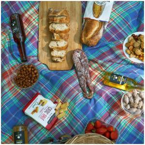 Un pique-nique en plein air de prévu pour ce week-end ? ☀️  N'oubliez pas votre jus de fruits Gargouil pour accompagner avec peps ce moment de convivialité.   @studio_onze_production  #piquenique#jusdefruits#bontemps#goulibeur#juice#fruit#summertime#instafood#goodmoment#familytime#mangezfrançais