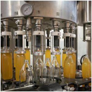 De retour dans nos coulisses et aujourd'hui nous entamons l'embouteillage de nos bouteilles de jus de pommes 🍎   @sebastienlaval 📸 #embouteillage#jusdepommes#applejuice#fresh#vitamine#frenchproduct#jusgargouil#purfruitpressé#productionlocale